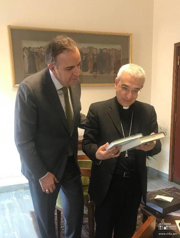 Դեսպան Կարեն Նազարյանի հանդիպումը Սուրբ Աթոռի օրենսդրական ակտերի քահանայապետական խորհրդի նախագահի հետ
