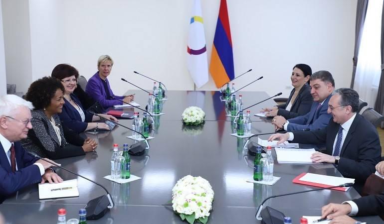 Rencontre entre le Ministre des Affaires étrangères d'Arménie, Zohrab Mnatsakanyan, et la Secrétaire générale de la Francophonie, Michaëlle Jean