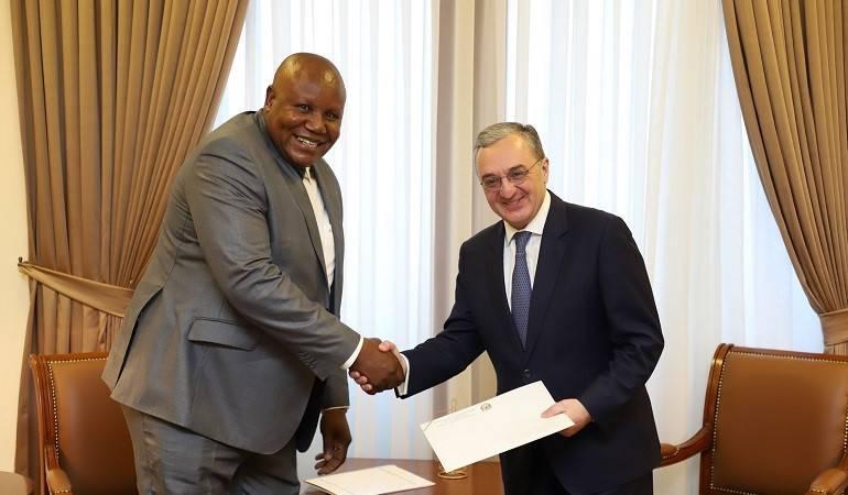 L'Ambassadeur de la République du Congo en République d'Arménie, David Madouka, a remis les copies de ses lettres de créance au Ministre des Affaires étrangères d'Arménie, Zohrab Mnatsakanyan