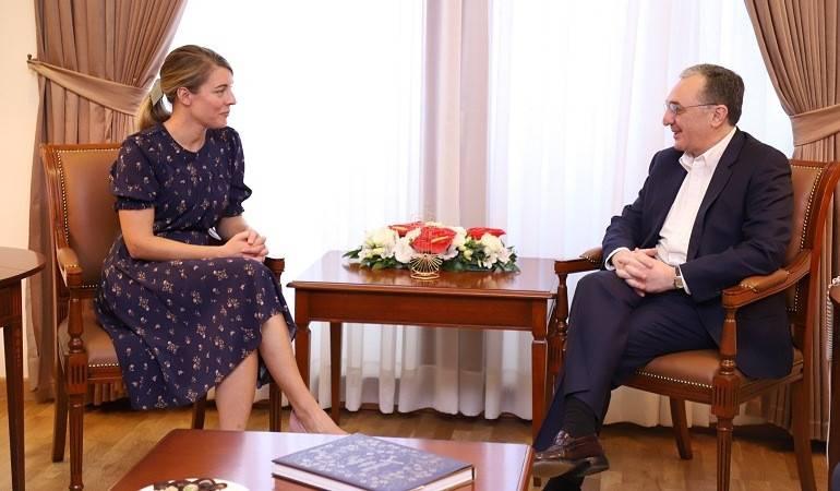 Министр иностранных дел Армении встретился с министром туризма, официальных языков и Франкофонии Канады