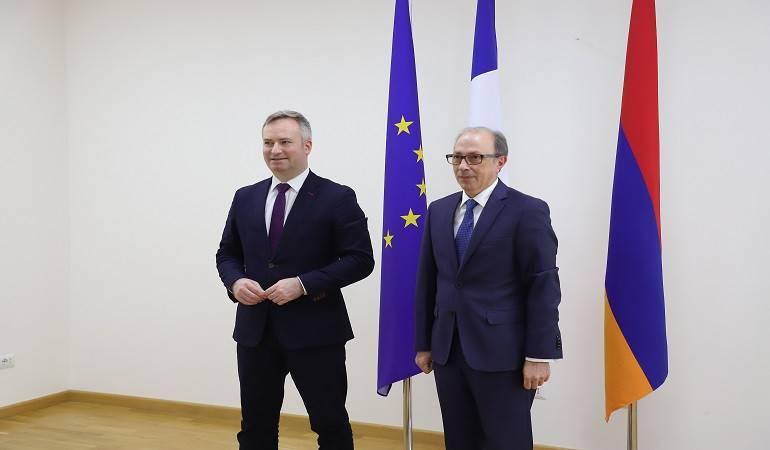 Rencontre entre le ministre des Affaires étrangères d'Arménie et le Secrétaire d'État auprès du ministre de l'Europe et des Affaires étrangères de France