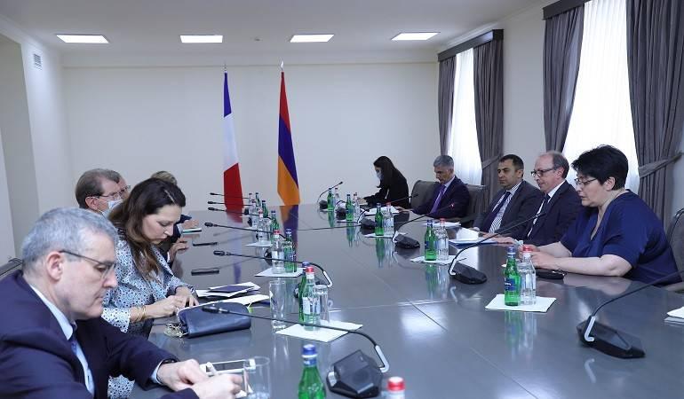 Rencontre du ministre des Affaires étrangères d'Arménie par intérim avec les députés de l'Assemblée nationale française